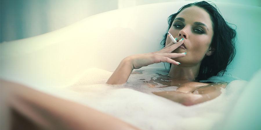 fumetas les encanta fumar en el baño