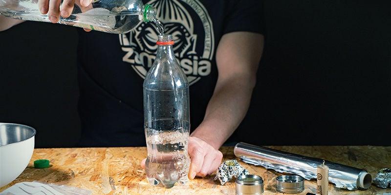 Bong De Gravedad De Cascada: Llena La Botella De Agua, Tapando El Agujero Para Que No Se Escape