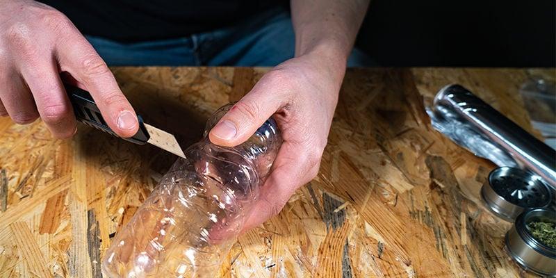 Bong De Gravedad De Cubo: Corta La Parte Inferior De La Botella