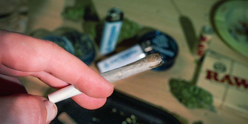Gente Piensa Mejor Aguantar Caladas Marihuana