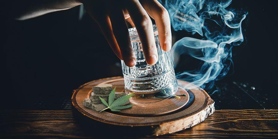 Fumar Hachís Con Un Vaso Y Un Alfiler