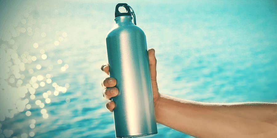 Una botella de agua o una mochila con depósito de agua