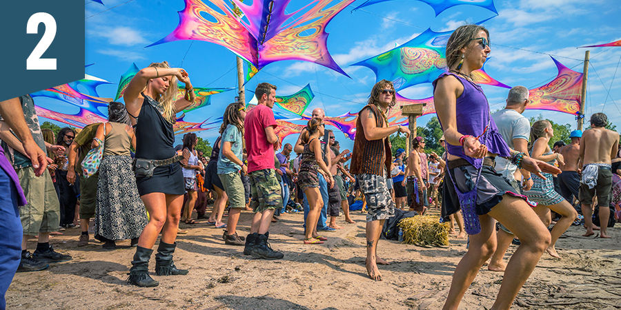 Asiste a un festival psicodélico