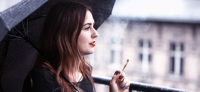 Fumar cannabis balcón terraza