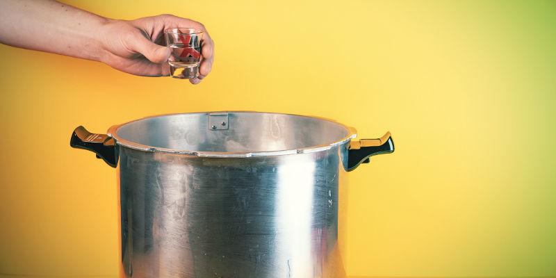 Jeringas De Esporas De Setas Alucinógenas: Empieza esterilizando el agua y el vaso de chupito/plato