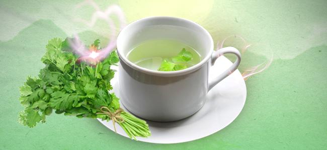 Preparar Un Té Con Hojas De Cilantro Y Utilizarlo Como Un Espray