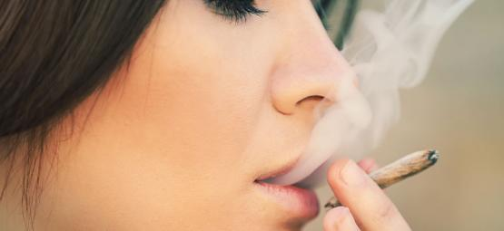 Por qué las mujeres deberían fumar hierba sin dudarlo